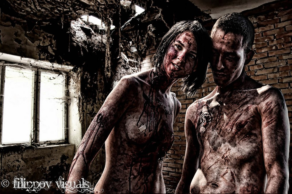 photo de cosplay sexy d'un couple de zombies