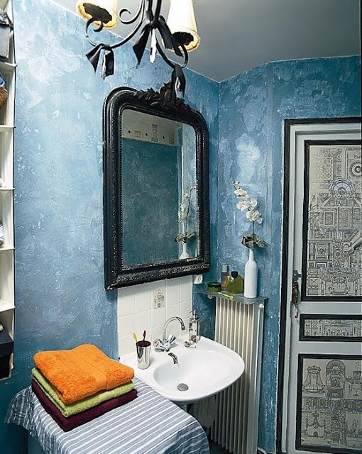 Grafika na biaych drzwiach, eklektyczna łazienka, niebieska ściana w łazience