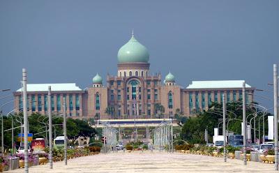 http://4.bp.blogspot.com/-tlOLuCVsvlc/TacibA-I_1I/AAAAAAAAAs0/NxXW58Yolco/s1600/Putrajaya+Prime+Minister+Office.jpg