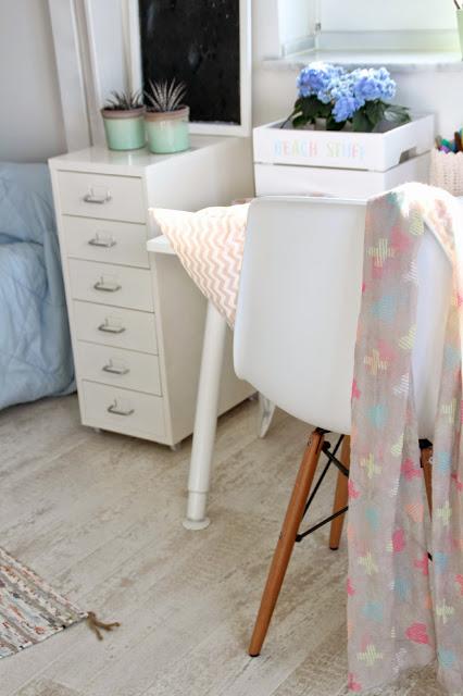 Weißer Rollcontainer mit halber Ansicht auf den Schreibtisch mit Eames Stuhl