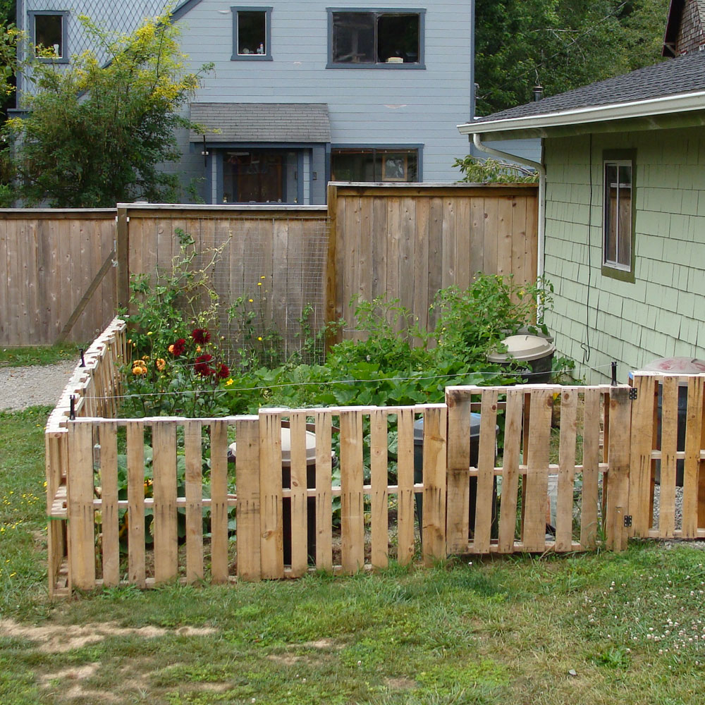 Fencing on pinterest pallet fence fence and brick walls for Bordure en bois de jardin