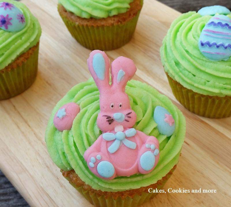 Vanillecupcakes mit amerikanischer Buttercreme und Osterdekoration