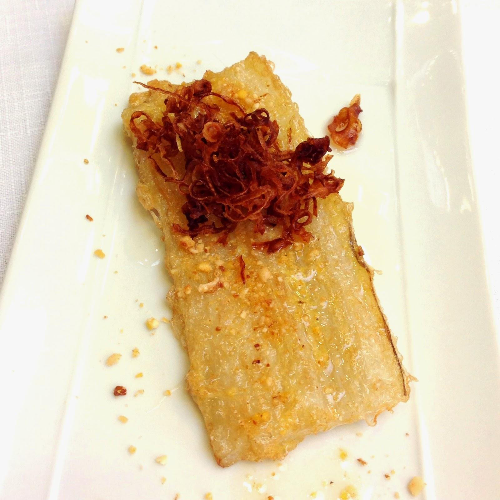 Penca de acelga en tempura con cebolla frita y picada de kikos