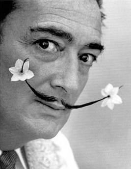 Fotografija Salvadora Dalija na čijim su brkovima cvetovi