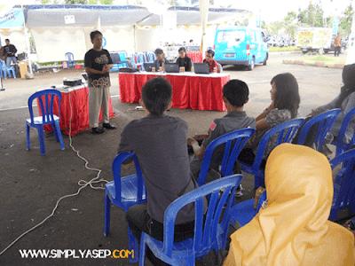 Saat bertanding  dalam Lomba Blog Kubu Raya Tahun 2012 di Plaza Taman Gardenia Kubu Raya.  Presentasi Karya di depan Juri dan peserta.  Foto Dwi Wahyudi/Blogger Borneo