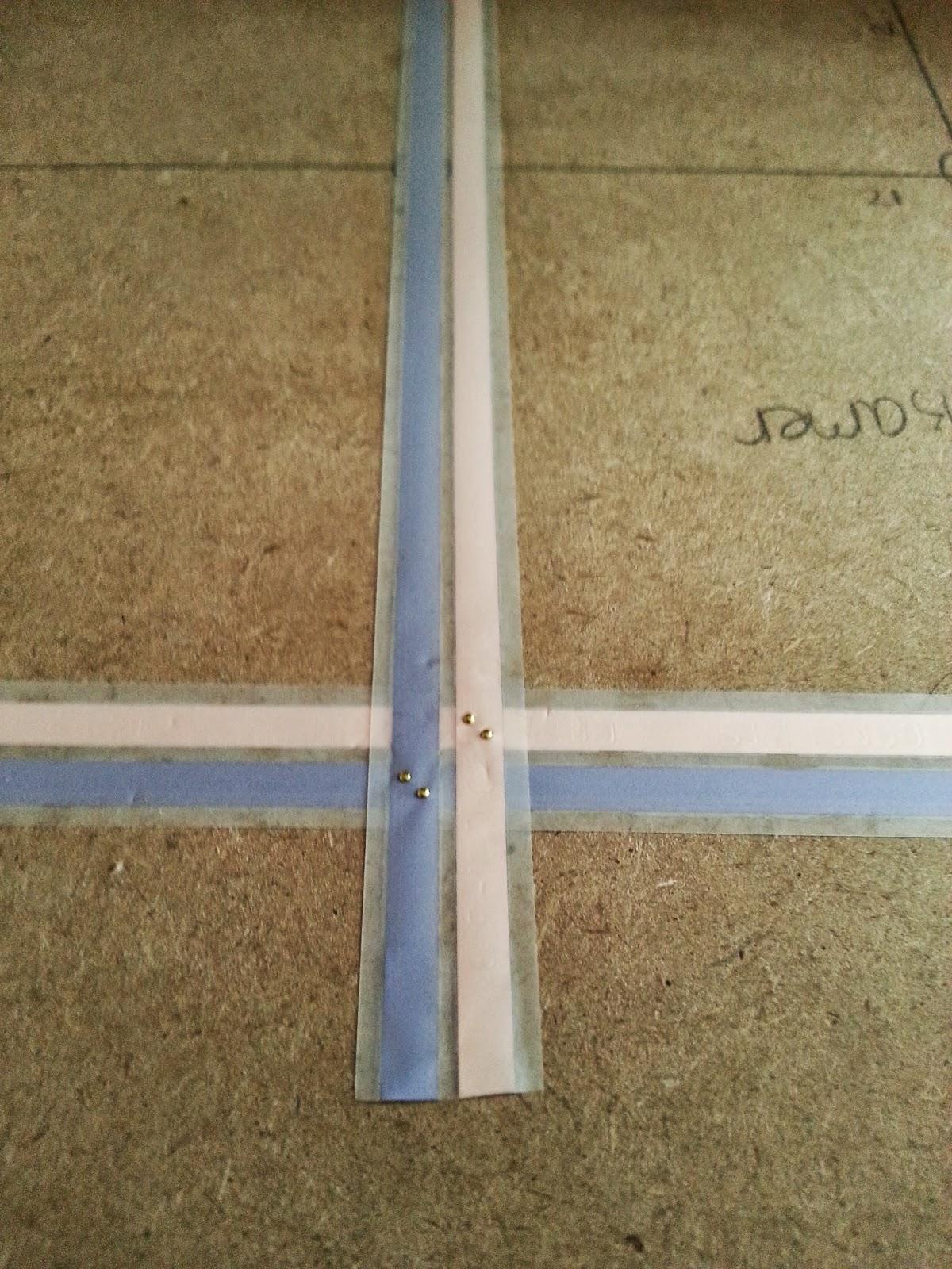 een kwestie van kopertape plakken en de verbindingen maken door vier koperen nageltjes op de kruisingen te slaan die met elkaar corresponderen