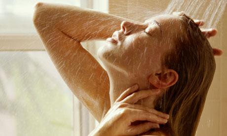 كيف تصنعين بنفسك شاور جل طبيعي فى المنزل - woman taking shower - gel - امرأة تستحم