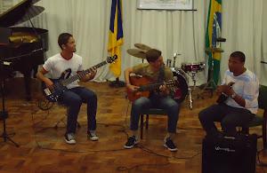 Thiago  Rosa (guitarra), Eduardo Brandão (violão) e  Washington Oliveira (cavaquinho)
