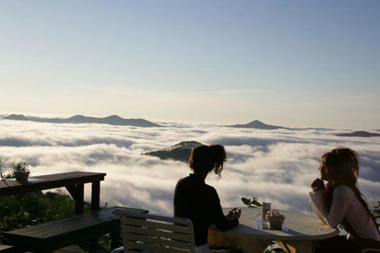 مكان لا يصدق فوق الغيوم مع إطلالة غاية في الروعة للبحر من أسفله ! Unkai-Terrace3.jpg
