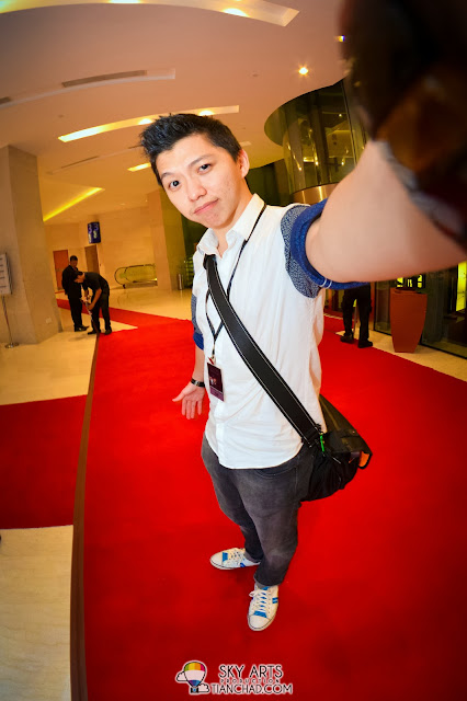 TianChad selfie standing on the red carpet to conclude the end of George Benson's concert live in KL 2013