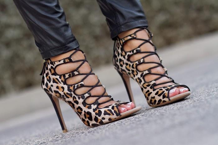 Sandalias atadas de pelo estampado de leopardo de Zara