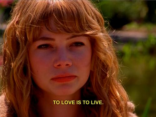 La actriz Michelle Williams, como Jen mandándole un mensaje de despedida a su hija.