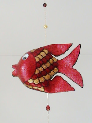 http://bazar-de-ideias.blogspot.com.br/2011/02/mobile-de-peixinhos-em-material_6428.html