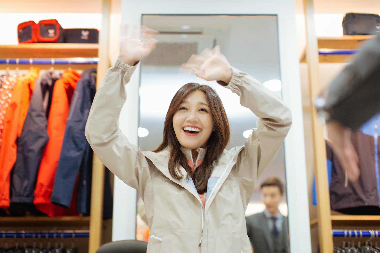 Apink Eunji waving