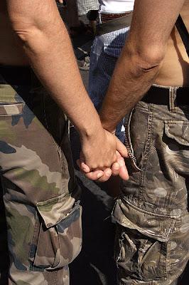 gay+holding+hand Wanita Ada radar Untuk Kesan Lelaki Gay