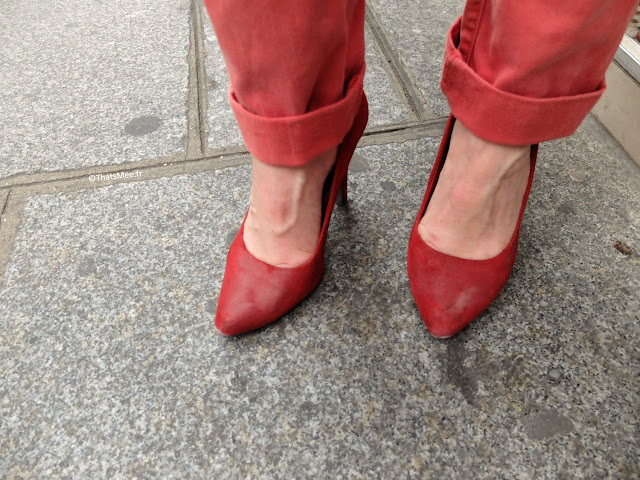 Look du jour preppy bohemian chic coloré, Shoes escarpins daim nubuck rouge Minelli cirées, Pantalon chino femme rouge bas retroussé My Pants