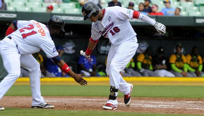 Willie Garcia (16) celebra su vuela cercas al pisar el home, no respetó al pitcheo cubano al batear  un  jonrón y  un doble durante el choque.