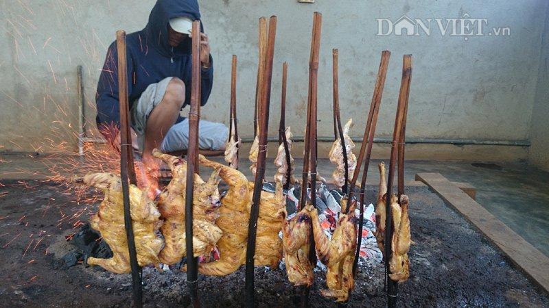"""Độc đáo """"gà xếp hàng"""" ăn với cơm lam ở Phố núi Pleiku"""
