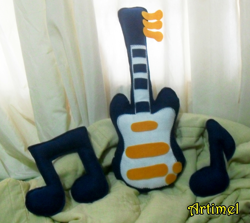 decoracao de quarto de bebe azul e amarelo:Almofadas tema música para quarto de bebê.