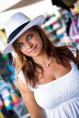 Portraitfoto - Frau mit blauen Augen und braunen Haaren