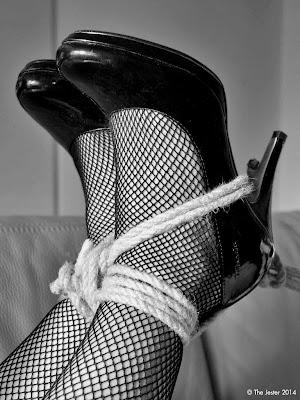 Klassische Zutaten, immer noch anregend: Netzstrümpfe, High Heels und ein wenig Seil.