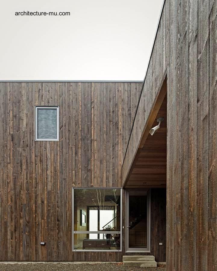 Puerta de entrada a la moderna residencia de madera