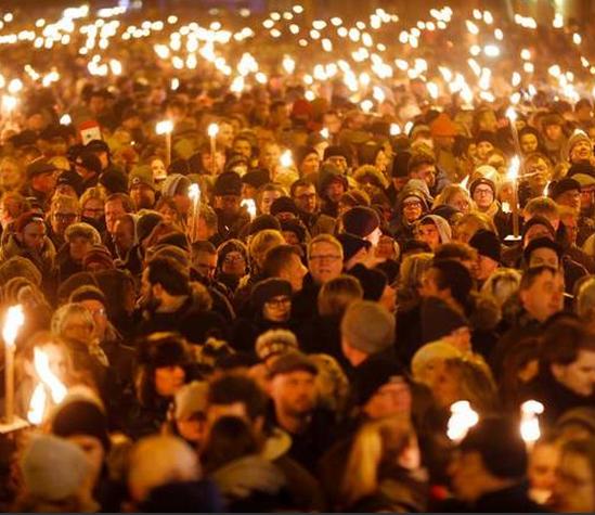 Στην Κοπεγχάγη χιλιάδες ανθρώπων διαδηλώνουν κατά της βίας του Ισλάμ και όχι υπέρ μια μνημονιακής κυβέρνησης
