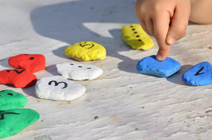 Jugando con números y piedras de colores