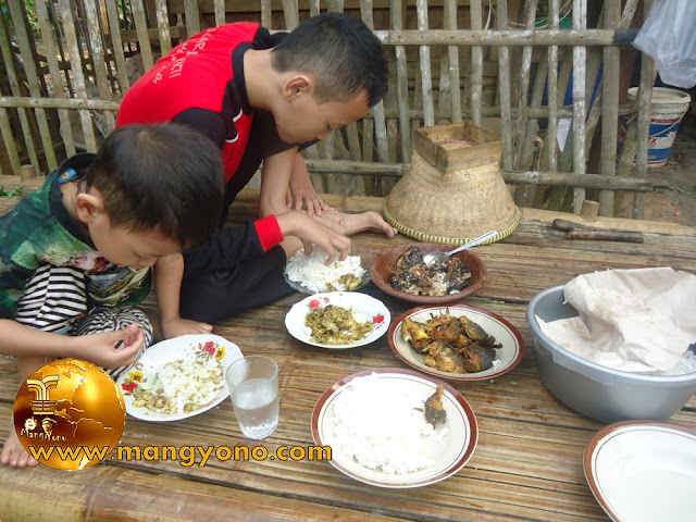 Menikmati Mumuluk ( makan di pagi ) di Kampung bersama keluarga