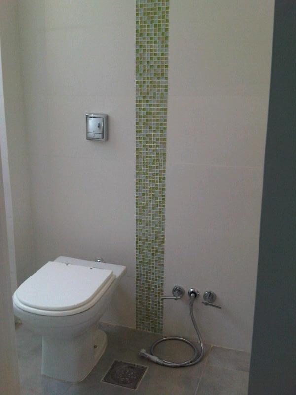 F & R Arquitetura e Interiores -> Banheiro Com Faixa De Pastilha Vertical