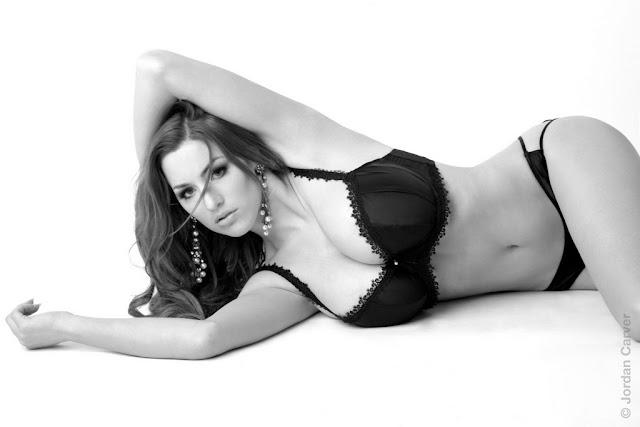 Jordan Carver sexy in lingerie
