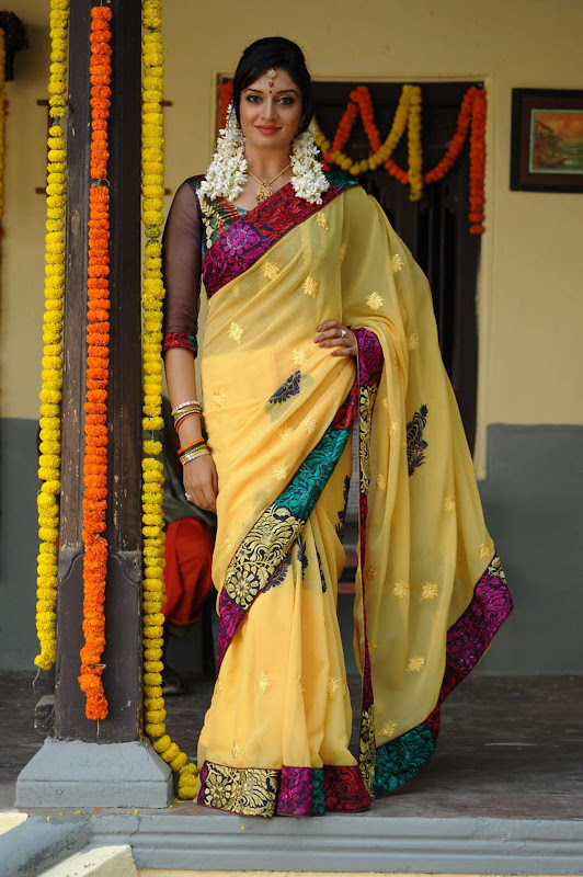 Vimala Raman Cute Saree Photos In Kulumanali Movie Stills cleavage