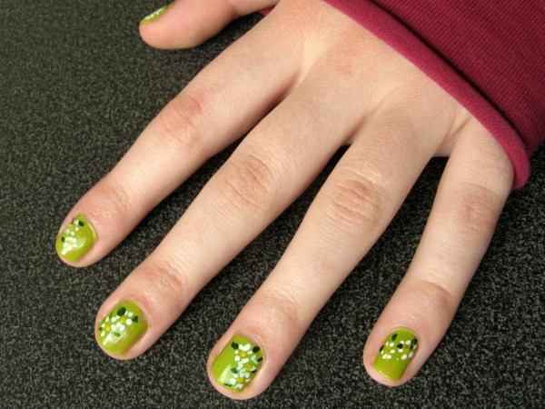 Photo - daisies on grass nails