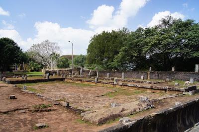 загадочный объект на развалинах храма Михинтале, гранитный желоб, чужеродный объект, несовпадение официальной версии
