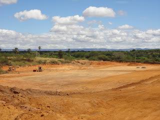 Máquinas fazem serviço de terraplenagem.
