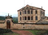 Façana de migdia de la Massana amb el mur de pedra que rodeja la masia