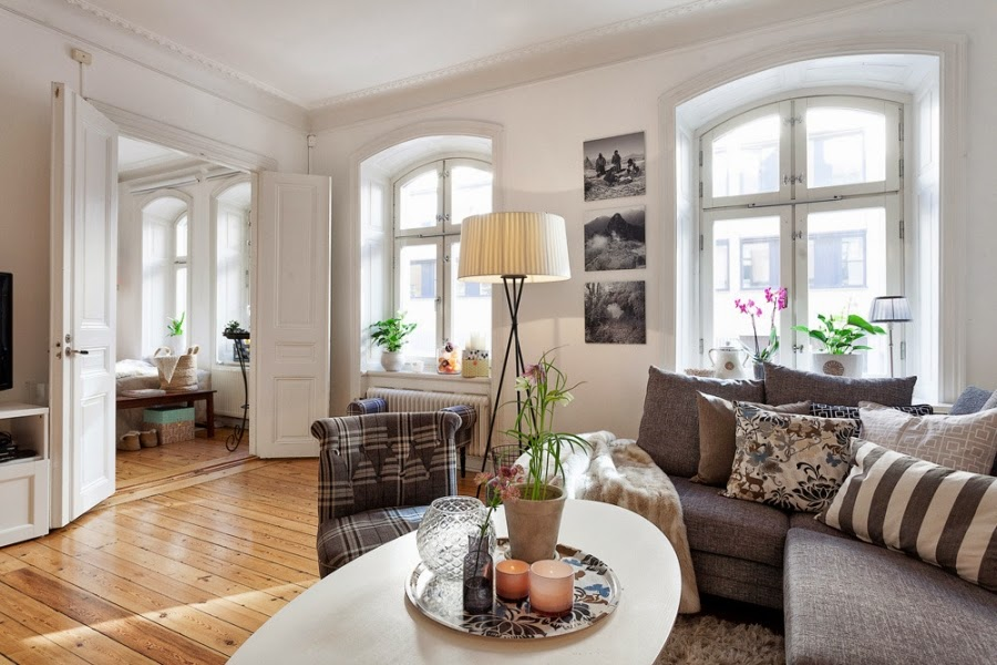białe wnętrza, salon, szarość, szary, kratka, kanapa, sofa, fotel, lampa, stolik