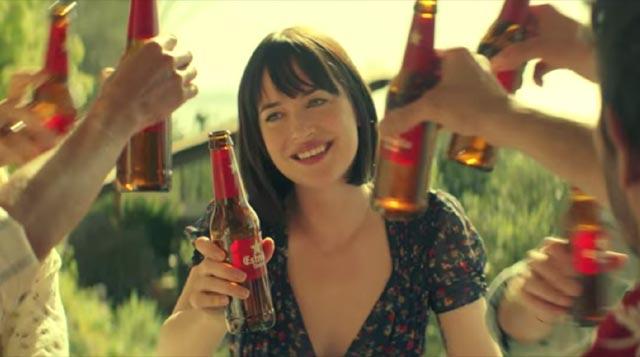 Dakota Johnson brinda en el anuncio de Estrella Damm