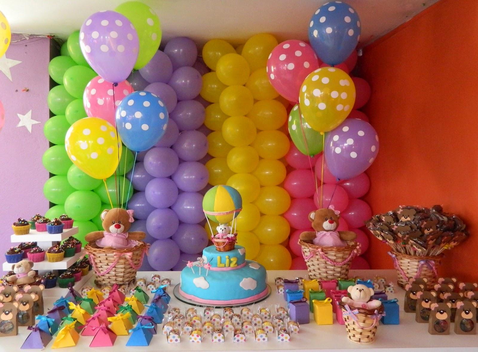 muitas cores, balões, ursinhos de pelúcia e muitas delícias
