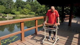 Homem com paralisia volta a andar após transplante de células