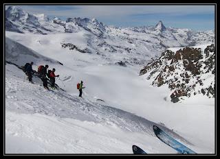 Skupinka se připravuje na sjezd z Adlerpassu směrem na Zermatt