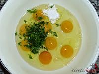 Tortilla española con queso y baicon-huevo, sal y perejil