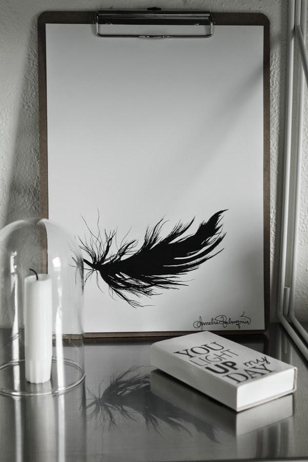 svart fjäder, artprint, artprints, clipboard, print, prints, tavla, tavlor, konsttryck, konsttrycket, glaskupa, glaskupor, ljus, tändsticksask, i hyllan, hylla, ikea