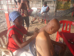 Doyler gets a dinner massage, Vilma films -- Playa near Cartagena