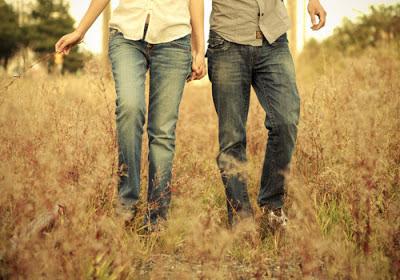 caminando por el pasto agarrados de la mano