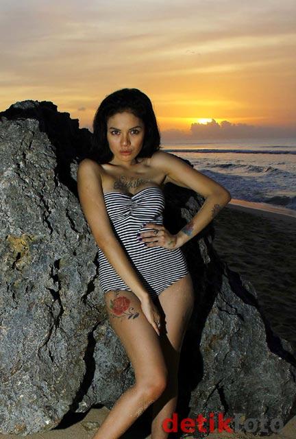 Foto Hot Nikita Mirzani Di Pantai