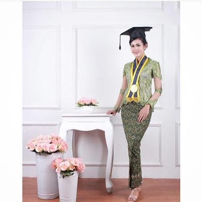 model kebaya wisuda warna hijau dengan rok batik panjang