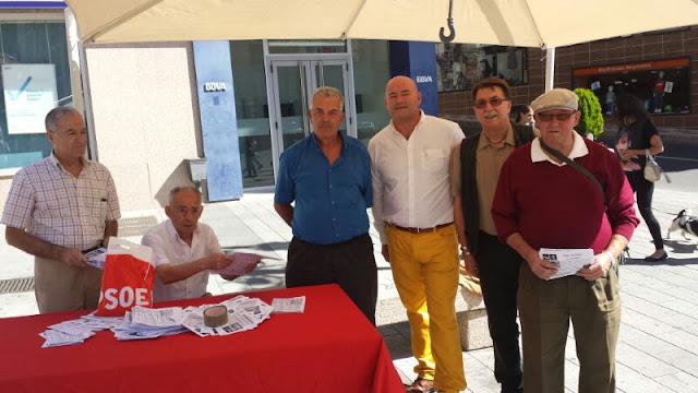 El secretario general, Concejales y militantes socialists repariteron el boletín informativo en La Corredera