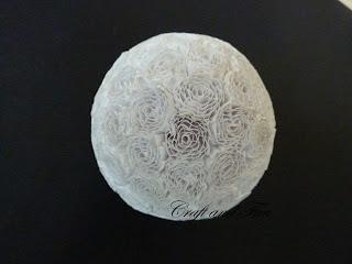 Pallina di Natale realizzata riciclando la carta ondulata con la tecnica del Quilling