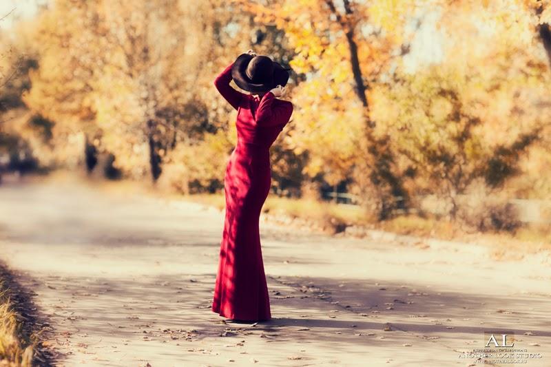 Девушка в красном платье и шляпе